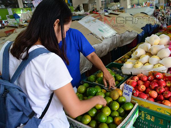 นักท่องเที่ยวแวะซื้อของฝากเมืองเบตงก่อนเดินทางกลับหลังจบเที่ยวงานสงกรานต์