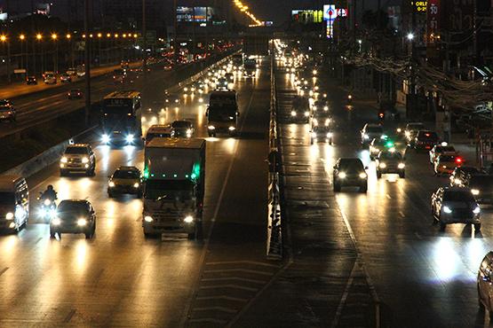 ถนนพหลโยธินขามุ่งหน้าเข้ากทม.ช่วงเย็นรถยนต์เต็มพื้นที่
