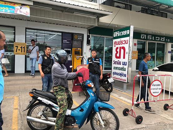 สืบสวนสภ.ธัญบุรี ตามรวบลุงวัย 57 ปี ลักรถจยย.หน้าเซเว่น
