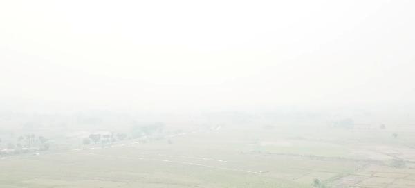 """ไฟป่าไหม้ข้ามสงกรานต์""""วัดเจดีย์ลอยฟ้า""""หายวับใต้ม่านหมอกควันฝุ่นพิษลามคลุมแจ้ห่มทั้งอำเภอ"""