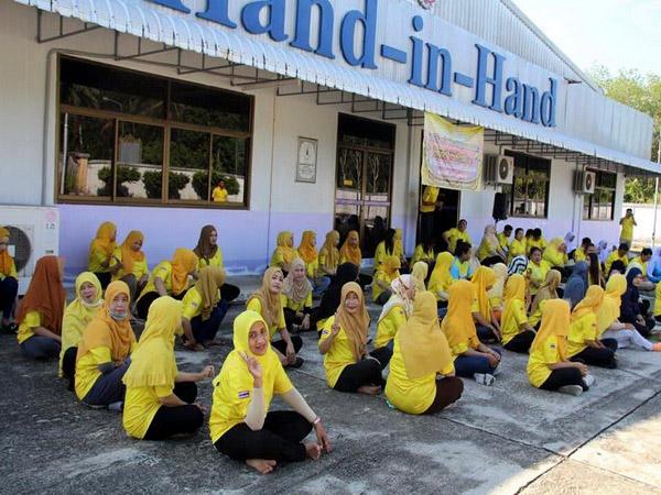"""แฮนด์อินแฮนด์รือเสาะ ชวนใส่ เสื้อเหลือง """"รวมใจภักดี"""""""