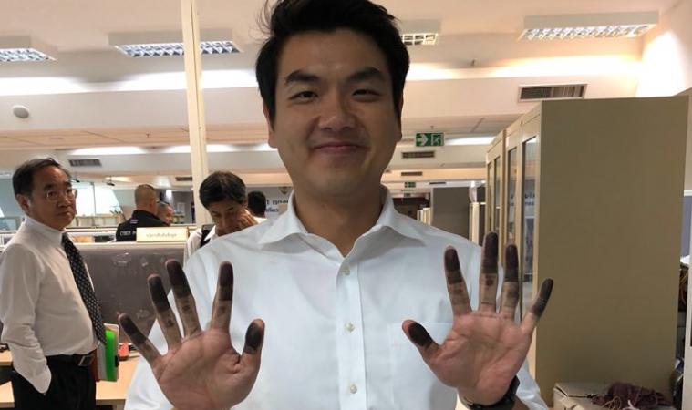 นายปิยบุตร แสงกนกกุล พิมพ์ลายนิ้วมือรับทราบข้อกล่าวหา (ภาพจากทวิตเตอร์ Piyabutr Saengkanokkul @Piyabutr_FWP)