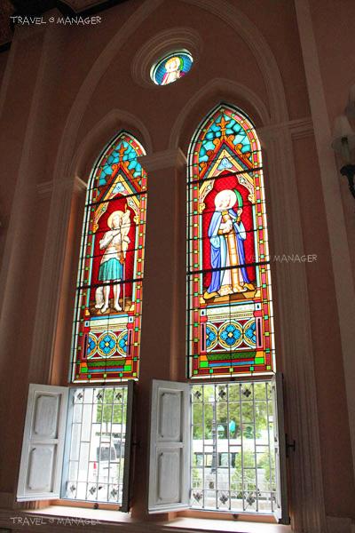 ด้านในตกแต่งด้วยกระจกเป็นลวดลายอย่างสวยงาม