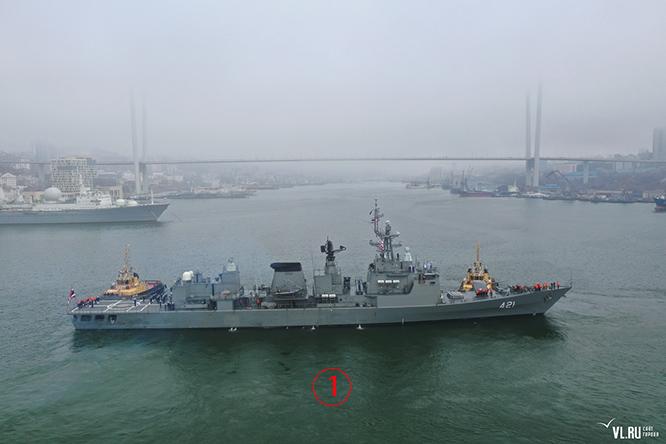 เรือหลวงนเรศวรในอ่าวโกลเด้นฮอร์น ขณะเตรียมเข้าจอดเทียบท่า ตอนบ่าย 13 เม.ย. เริ่มต้นการเยือนสันถวไมตรีกองทัพเรือแปซิฟิก ซึ่งฝ่ายรัสเซียกล่าวว่าเป็นครั้งแรกในรอบ 15 ปีโดยเรือราชนาวีไทย เบื้องหลังของเรือ 421 คือสะพานรุสสกี้ ซึ่งเป็นแลนด์มาร์คสำคัญของนครวลาดิวอสต็อก ทำให้เกิดทัศนียภาพที่สวยงามยิ่ง. Courtesy Newsvl.Ru