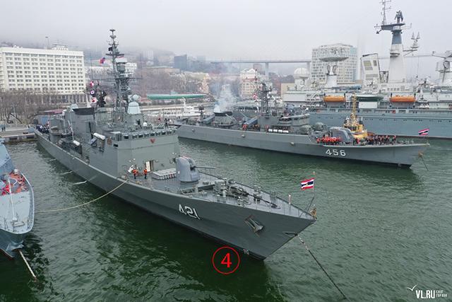 ภาพอาณาบริเวณอีกด้านหนึ่งที่เรือราชนาวีไทยทั้งสองลำจอด และ มีการจัดพิธีต้อนรับอย่างสมเกียรติ. Courtesy Newsvl.Ru
