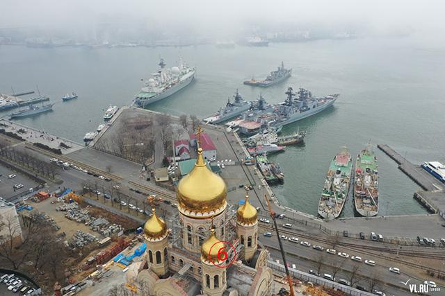 ภาพมุมสูงสวยงามยิ่ง ให้เห็นทั่วอาณาบริเวณที่เรือราชนาวีไทยกำลังเข้าจอดเทียบท่า เคียงข้างเรือกองทัพแปซิฟิก และเวลาต่อมาฝ่ายเจ้าภาพจัดพิธีต้อนรับอย่างสมเกียรติ. Courtesy Newsvl.Ru