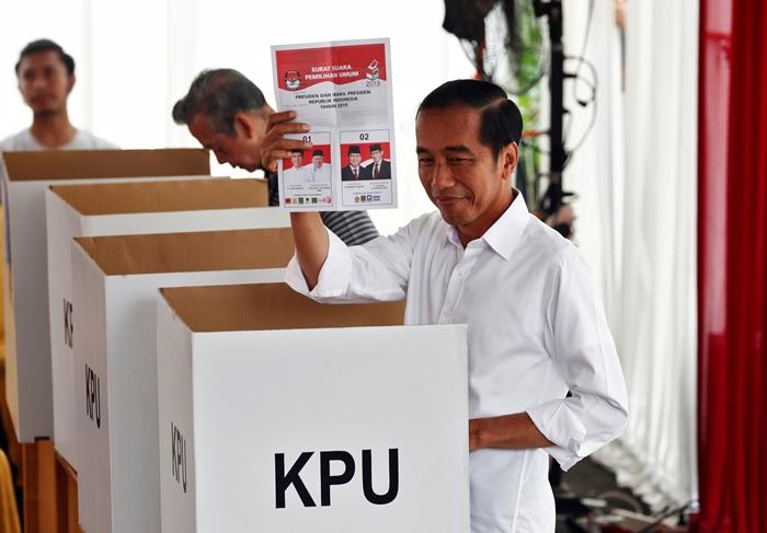 <i>ประธานาธิบดีโจโค วิโดโด ของอินโดนีเซีย โชว์บัตรเลือกตั้งประธานาธิบดีที่เขาได้รับ ขณะกำลังลงคะแนนที่หน่วยเลือกตั้งแห่งหนึ่งในกรุงจาการ์โต เมื่อวันพุธ (17 เม.ย.) </i>