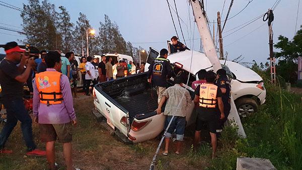 สาวสองขับรถพาหนุ่ม 6 คน เล่นสงกรานต์ ที่ชะอำ รถเสียหลักพุ่งชนเสาไฟฟ้าบาดเจ็บ 4 ราย