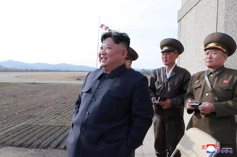 ผู้นำคิม จองอึน แห่งเกาหลีเหนือ มอบคำชี้แนะระหว่างที่ชมการบินทดสอบของกองกำลังทางอากาศและต่อต้านอากาศยาน ณ สถานที่ซึ่งไม่เปิดเผย เมื่อวันที่ 16 เม.ย.