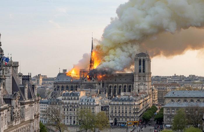 ภาพสลดใจเมื่อมหาวิหารน็อทร์-ดามถุูกไฟไหม้เสียหายหนักในค่ำคืนวันที่ 15 เม.ย. 62 (ภาพ : เอเอฟพี)