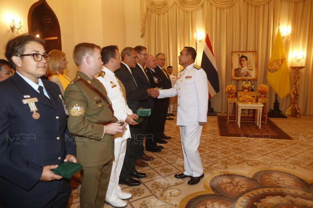 2 จนท.กู้ภัยออสซี่ ร่วมช่วยทีมหมูป่า เข้ารับพระราชทานเครื่องราชอิสริยาภรณ์