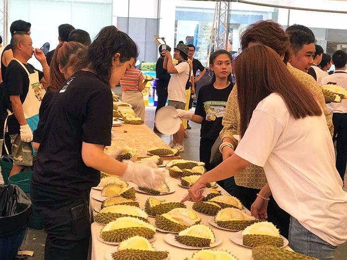 """อิ่มไม่อั้น """"เทศกาลบุฟเฟ่ต์ทุเรียนและสุดยอดผลไม้ไทยที่ใหญ่ที่สุดในประเทศไทย"""" ณ ศูนย์การค้าเซ็นทรัลเวิลด์"""