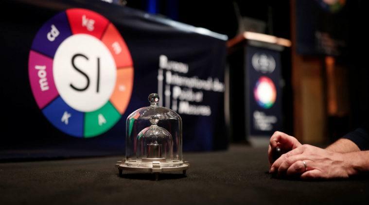 สำเนากิโลกรัมต้นแบบที่จัดแสดงภายในการประชุม  General Conference on Weights and Measures  เมื่อ 16 พ.ย.2018 (Reuters)