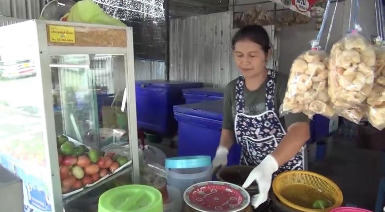 โดนแล้ว..แม่ค้าร้านลาบชลบุรี เจอแก๊งโวยกินฟรีสั่งอาหารเพียบถึงเวลาจ่ายเงินทำทีด่าทอก่อนขึ้นรถหนี
