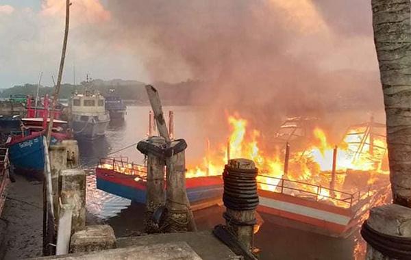ระทึก! เพลิงไหม้วอดเรือตกปลาที่ท่าเรือปากบารา จ.สตูล พบเรือเสียหาย 8 ลำ