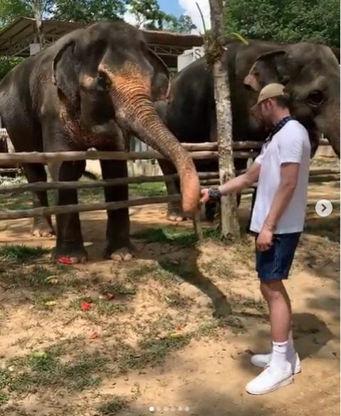 """""""เควิน เลิฟ"""" ฟอร์เวิร์ดแชมป์ NBA พักใจชวดเพลย์ออฟ แวะเลี้ยงช้างที่ภูเก็ต"""