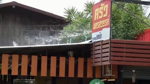 ร้อนจัด! ร้านข้าวแกงปิ๊งไอเดียตั้งสริงกอร์ฉีดน้ำด้วยพลังโซล่าเซลล์ เย็นประหยัดพลังงาน