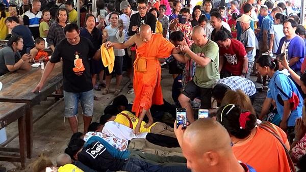 ชาวไทยเชื่อสายกะเหรี่ยงกว่าสี่พันคน ร่วมประเพณีเหยียบหลังกะเหรี่ยง