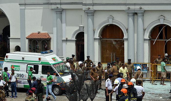 """สถานทูตเตือน """"คนไทยในศรีลังกา"""" หลีกเลี่ยงสถานที่คนพลุกพล่าน หลังเหตุระเบิดดับแล้วกว่า 150 ศพ"""