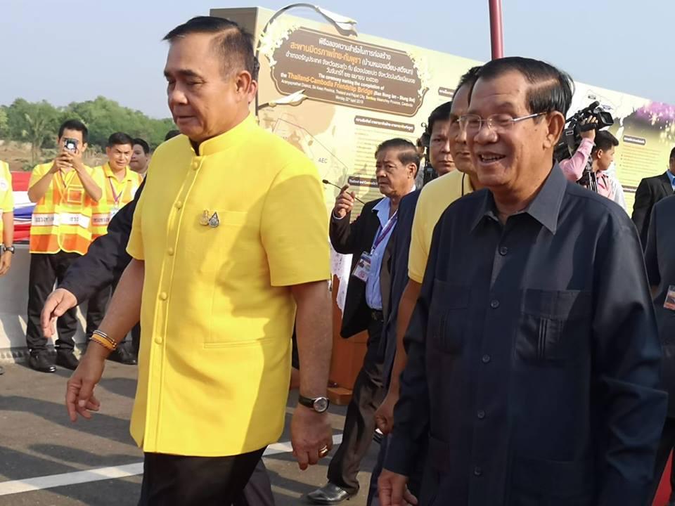 """2 ผู้นำชื่นมื่นฉลองสะพานมิตรภาพไทย-กัมพูชา """"ฮุนเซน""""แต่ง 4 เพลงตามสัญญา """"ประยุทธ์"""" เปิดบรรเลงในงาน"""