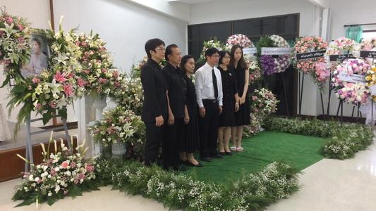 """ครอบครัวสุดเศร้าจัดงานศพ """"หมอเมย์""""เพจสู้มะเร็งระยะสุดท้าย"""
