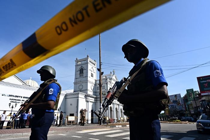 <i>เจ้าหน้าที่ความมั่นคงของศรีลังกา ยืนรักษาการณ์ที่ด้านนอกโบสถ์เซนต์แอนโธนี ในกรุงโคลัมโบ วันจันทร์ (22 เม.ย.)  โบสถ์แห่งนี้ก็เป็นอีกจุดหนึ่งซึ่งถูกโจมตีด้วยระเบิดเมื่อ 1วันก่อน </i>