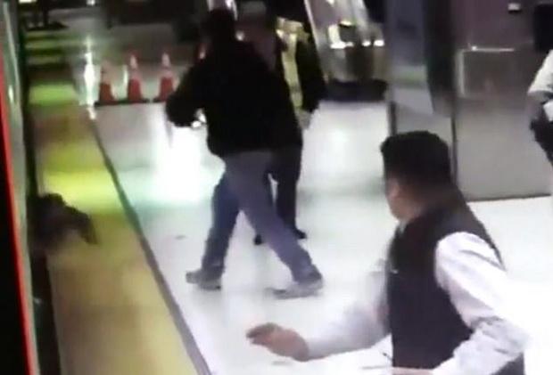 คลิปสยอง!ประตูรถไฟฟ้าหนีบลากผู้โดยสารลงไปใต้ราง แต่รอดปาฏิหาริย์(ชมวิดีโอ)