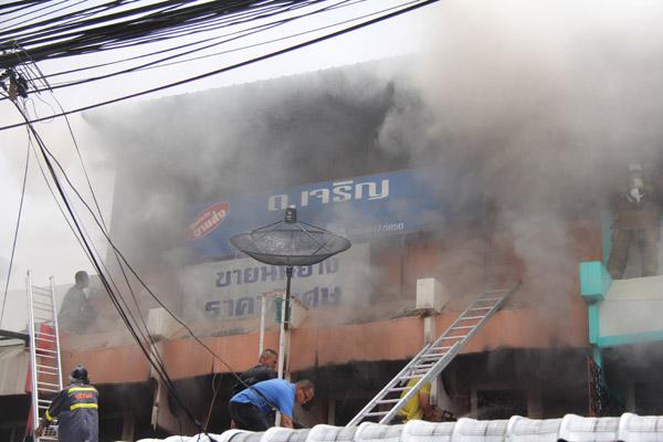 ระทึก! ไฟไหม้ร้านขายชุดนักเรียนกลางเมืองบุรีรัมย์ ร้านแก๊สขนถังแก๊สหนีวุ่น สูญกว่า 10 ล้าน