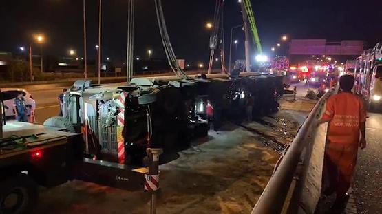 รถน้ำมันพลิกคว่ำกลางถนนมอเตอร์เวย์ คาดคนขับหลับใน