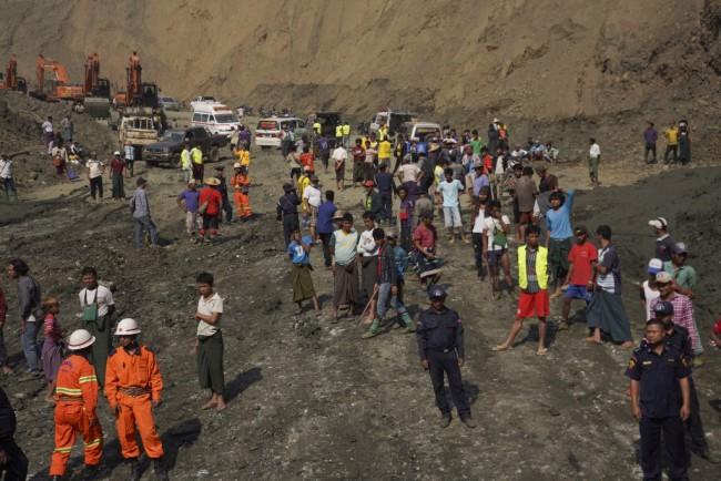จนท.พม่าค้นหาร่างคนงานเหมืองถูกฝังใต้โคลนเกินครึ่งร้อยเพิ่งกู้ได้แค่ 3 ศพ