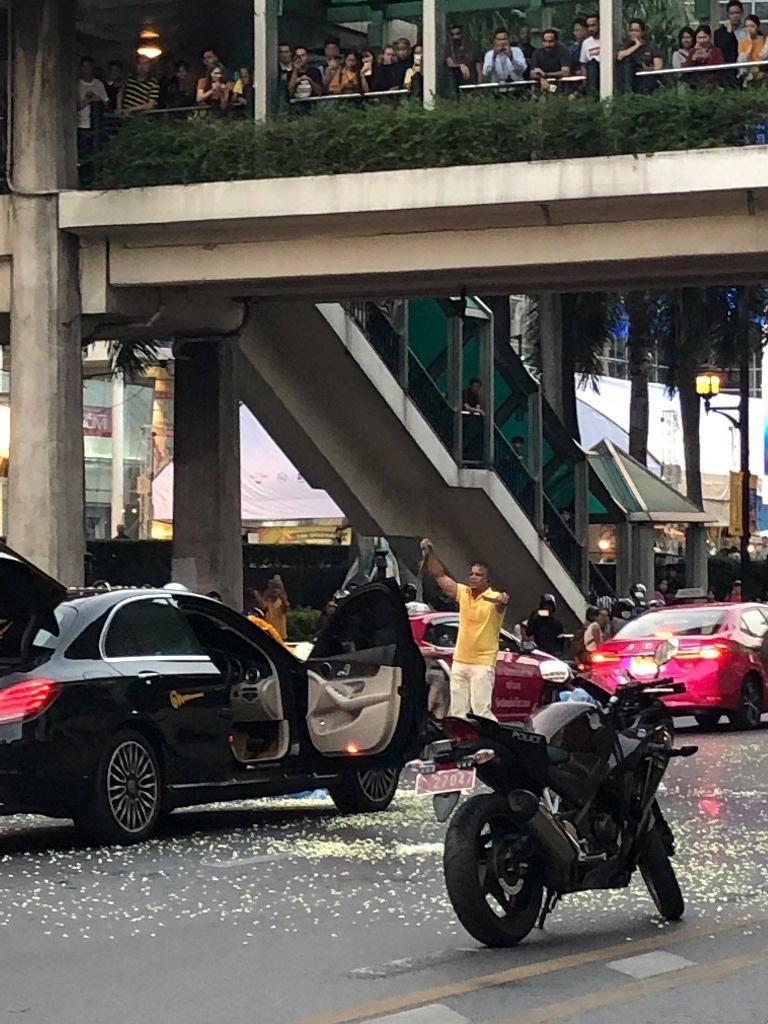 ระทึก! ชายจอดรถหรูป้ายแดง ทำร้ายตัวเอง-เทงูเกลื่อนถนน หน้าห้างกลางกรุง