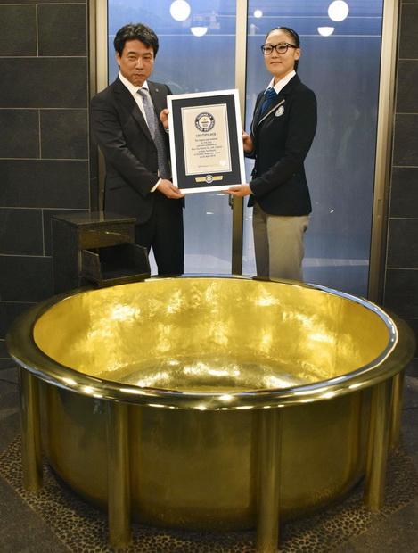 สนไหม!รีสอร์ทญี่ปุ่นให้บริการ'อ่างอาบน้ำทองคำ'หนักสุดในโลก กินเนสรับรอง