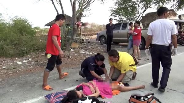 ไม่ไหวแล้ว..สาวท้องแก่ปวดท้องกระทันหันจนต้องนอนคลอดลูกกลางถนนใน จ.ชลบุรี