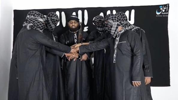 ภาพจากกลุ่มก่อการร้าย IS (กลาง)โมอุลวี ซาฮ์รอน ฮาชิม (Moulvi Zahran Hashim )