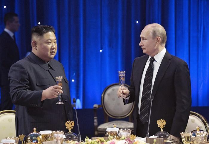 <i>ประธานาธิบดีวลาดิมีร์ ปูติน ของรัสเซีย (ขวา) ดื่มอวยพรให้ คิม จองอึน ผู้นำเกาหลีเหนือ ในงานเลี้ยงดินเนอร์ภายหลังการเจรจาของผู้นำทั้งสอง ณ วิทยาเขตของมหาวิทยาลัยฟาร์อีสเทิร์นสเตท บนเกาะรัสสกี ซึ่งอยู่นอกเมืองวลาดิวอสต็อก โดยมีสะพานติดต่อเชื่อมถึงกัน </i>