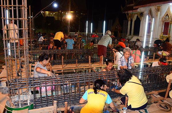คนไทยยังไม่ไกลวัด.. ชาวบ้านช่วยพระผูกเหล็กคานสร้างอุโบสถหลังใหม่ กลางดึกเพื่อหนีร้อน