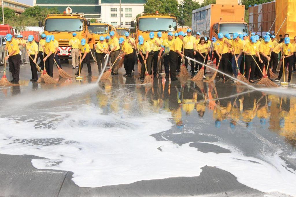 """จิตอาสา """"เราทำความ ดี ด้วยหัวใจ"""" กว่า 5 พันคนร่วม Big Cleaning เส้นทางเสด็จฯ เลียบพระนคร ระยะทาง 7.2 กิโล"""