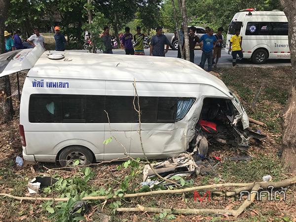เกิดเหตุรถตู้แบบเช่าเหมาเสียหลักชนต้นไม้ริมทางเจ็บ 9 สาหัส 2