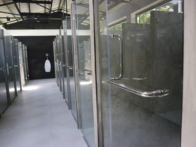 หรูหรา! ห้องน้ำใหม่ค่ายทหารเมืองกาญจน์แยกเป็นห้องส่วนตัว เผย หมดยุคใช้ขันตักน้ำ