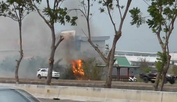 หม้อแปลงระเบิดสะเก็ดไฟตกไหม้หญ้าข้างทาง หวิดลามเข้าโชว์รูมรถยนต์อ่างทอง