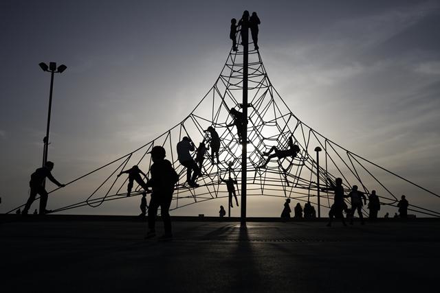 เด็กๆ เล่นที่สนามเด็กเล่นในเมืองชายฝั่งเทลอาวีฟของอิสราเอล (23 เม.ษ.)
