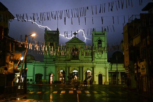 ฟ้าผ่ากลางท้องฟ้าเหนือวิหารเซนต์แอนโทนี่ในกรุงโคลัมโบเมื่อวันที่ 25 เม.ษ.
