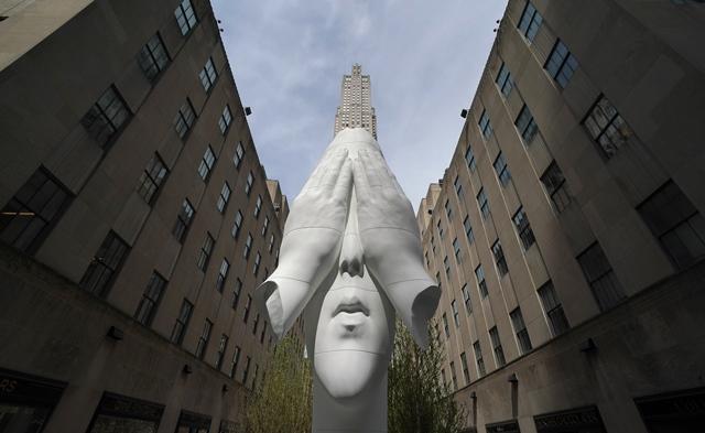 ผลงาน Behind the Walls ของศิลปิน จูเม เพลนซา ถูกจัดแสดงที่ศูนย์ร็อคเฟลเลอร์บนถนนฟิฟท์อเวนิวในนิวยอร์ก (25 เม.ษ.)