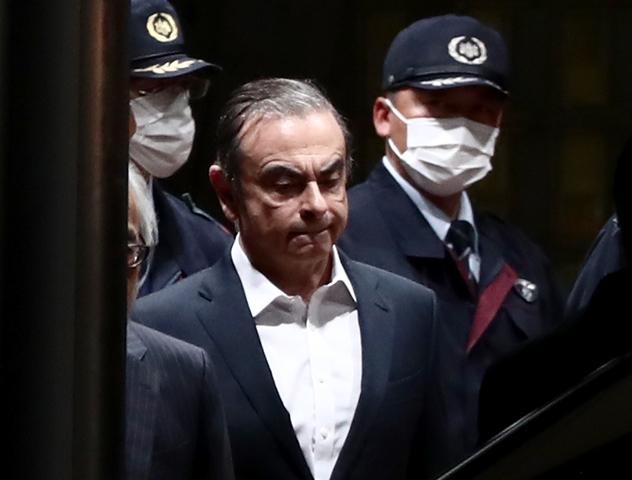 อดีตประธานบริหารบริษัทนิสสัน คาร์ลอส กอส์น ถูกคุ้มกันในขณะที่เขาเดินออกจากเรือนจำกรุงโตเกียวภายหลังได้รับการประกันตัว (25 เม.ษ.)
