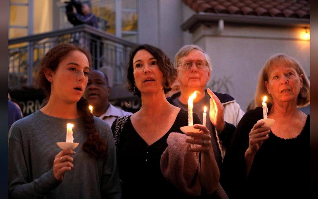คนจำนวนมากพากันจุดเทียนไว้อาลัยให้แก่เหยื่อของเหตุกราดยิงโบสถ์ยิวในซานดิเอโกเมื่อวันเสาร์ (27 เม.ย.) ระหว่างที่มีผู้ร่วมทำพิธีทางศาสนานับร้อยคน ทำให้มีผู้เสียชีวิต 1 คน และบาดเจ็บ 3 คน