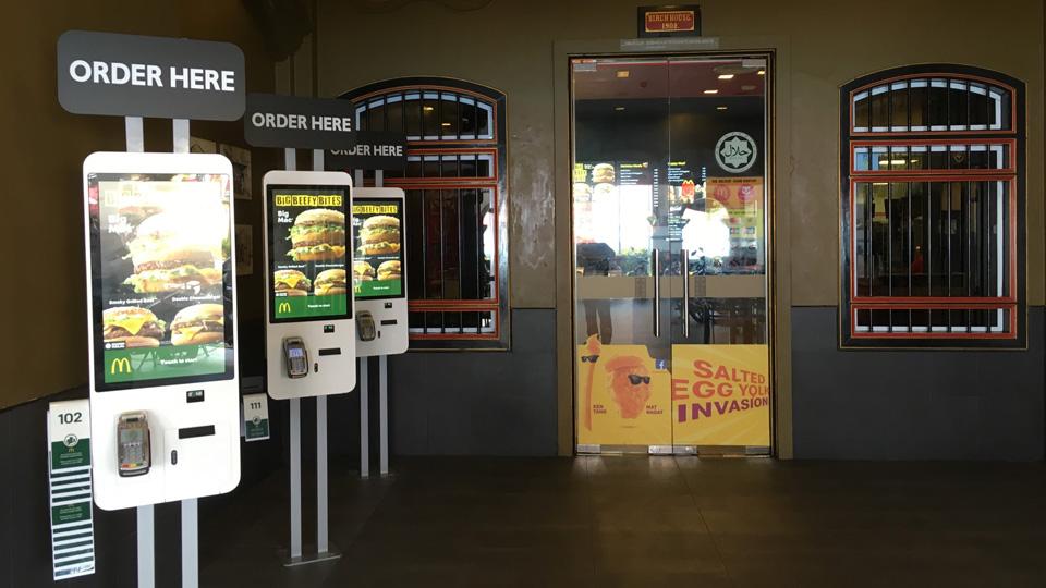 เครื่องสั่งอาหาร ร้านแมคโดนัลด์ สาขา Birch House ที่นี่รับบัตรเดบิตของไทย