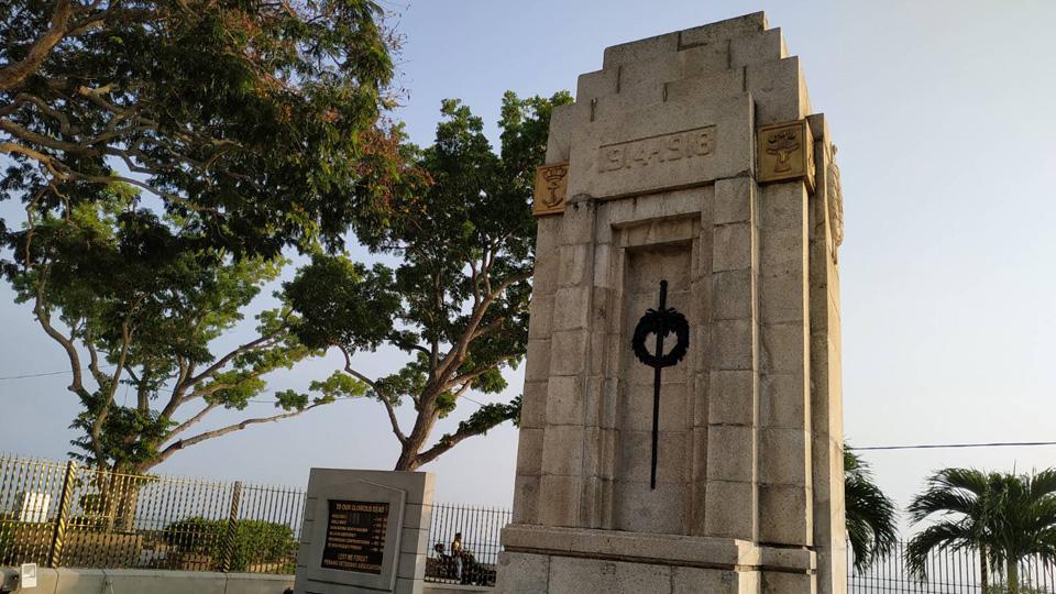 อนุสรณ์สถานทหารผู้เสียชีวิตในสงคราม อยู่ริมเขื่อนตรงข้ามศาลาว่าการเมืองปีนัง