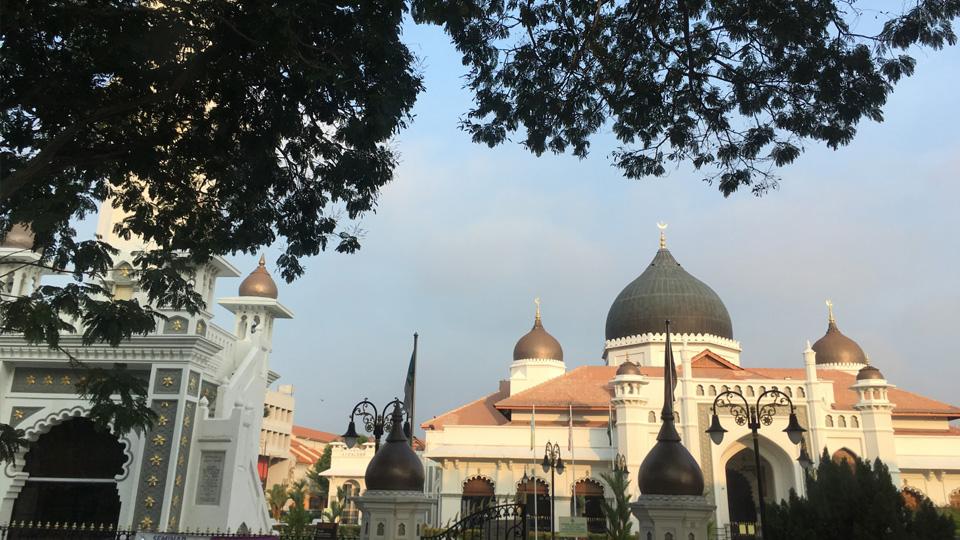 มัสยิดกาปิตัน เคลิง (Kapitan Keling Mosque) สร้างขึ้นในศตวรรษที่ 19 โดยมุสลิมจากอินเดียกลุ่มแรกที่เข้ามาตั้งรกรากในปีนัง