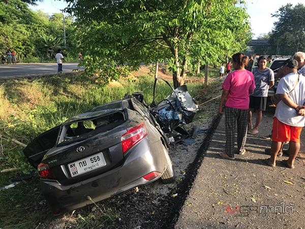 สาวสงขลาขับเก๋งเสียหลักตกร่องกลางถนน ชนต้นไม้ริมทางที่พัทลุงเจ็บสาหัส