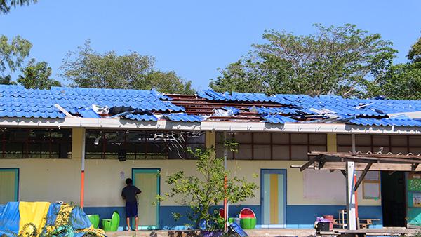 พายุพัดถล่มราชบุรี รอบสอง บ้านเรือนกว่า 100 หลังเสียหาย